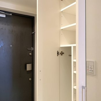 全身鏡付きのシューズボックスは使い勝手も良さそう(※写真は3階同間取り別部屋、清掃前のものです)