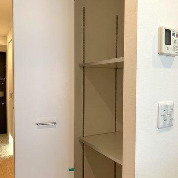 廊下に収納スペース(※写真は3階同間取り別部屋、清掃前のものです)
