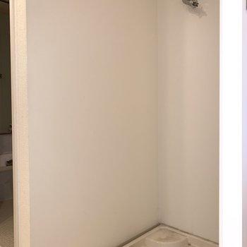 その後ろに洗濯機置場(※写真は3階同間取り別部屋、清掃前のものです)