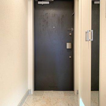 玄関もきれいですね(※写真は3階同間取り別部屋、清掃前のものです)