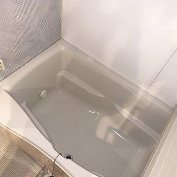お風呂は浴室乾燥機付き。ゆったりめ。(※写真は3階同間取り別部屋、清掃前のものです)
