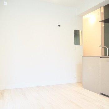 キッチン横の壁には鏡がついていますよ