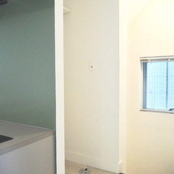 洗濯機置き場の上には棚があるため、洗剤を置いておくこともできます