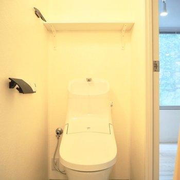 浴槽の反対側はトイレ