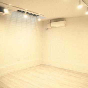 ベッドを格子床の下に置いたら、窓がなくても朝日を感じることができそう