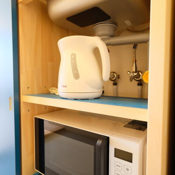 下の収納には電子レンジとケトル、その横には冷蔵庫も
