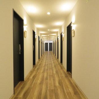 廊下は木の雰囲気がしますね