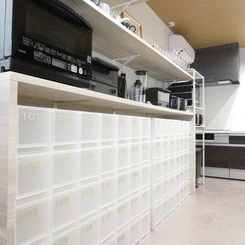 機材はここにずらっと。個別の調味料などを入れるスペースもありますね。では他の設備へ