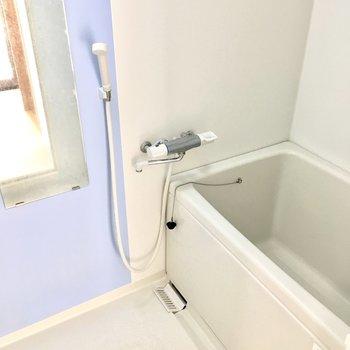 爽やかなブルーのお風呂。 (※写真は4階同間取り別部屋、清掃前のものです)