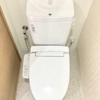 トイレはウォシュレット付き! (※写真は4階の同間取り別部屋のものです)