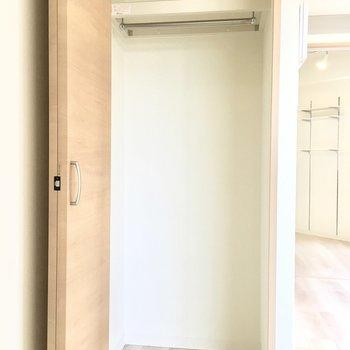 玄関横のクローゼットです。帰ったらここにアウターを。 (※写真は4階の同間取り別部屋のものです)
