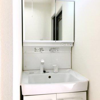 鏡裏の収納でスッキリ使えそう◎ (※写真は4階同間取り別部屋、清掃前のものです)
