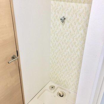 洗濯パンの上には洗剤が置ける棚付き。 (※写真は4階同間取り別部屋、清掃前のものです)
