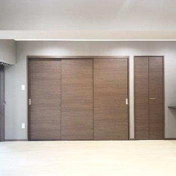 壁一面のブラウンの戸は、、