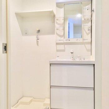 洗面台と洗濯機並んで。洗剤とか上棚へ!