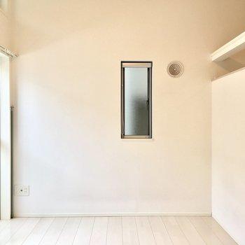 角部屋なので窓が2つ。