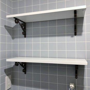 洗濯機置き場上にはお洒落な棚もあります!
