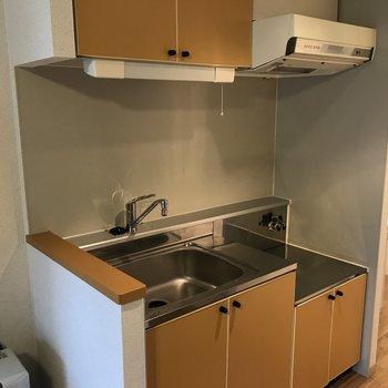 お次はキッチンスペース お部屋の雰囲気にあったブラウン系の落ち着いたデザイン♪