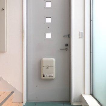 小さな水たまりのような玄関。