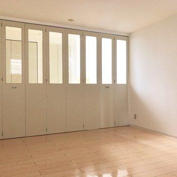 【洋室】扉を閉めても階段側からの光が入ります。