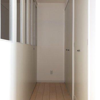 スライドドアを閉めるとなんだかウォークインクローゼットみたい。