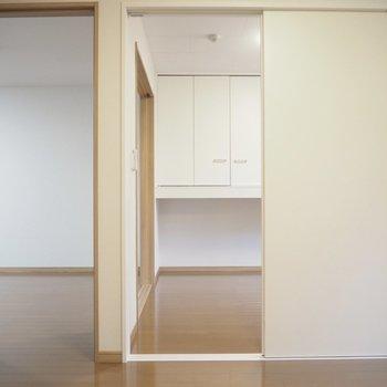 左はリビングへの扉。右は洋室①への扉。