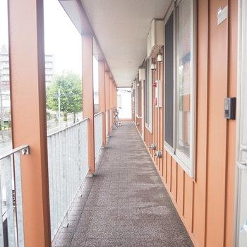 共用部。きれいでした!オレンジ色の外壁もgoodです〜!