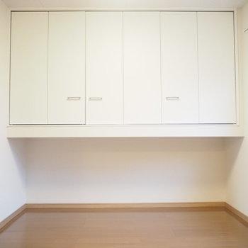 ここは洋室①。5.25帖と広々!こんなに大きな収納があるので、ふたりの衣装部屋にどうですか?