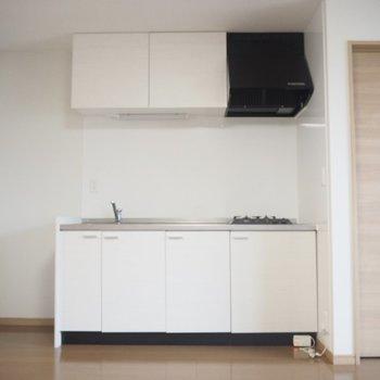 キッチン。シンプルな白のキッチン、お部屋に馴染んでます〜。左側には冷蔵庫を置いてください!