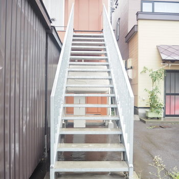 この階段を上って2階へ