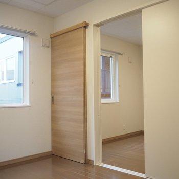 洋室①のこの扉の奥は、洋室②に繋がってるんです。でも、この扉がまた不思議…