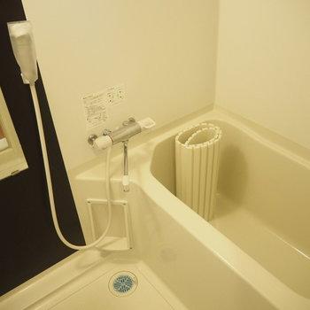 お風呂はこちら。浴室用ラックを用意すると◎