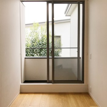 【上階】お隣の洋室へ。
