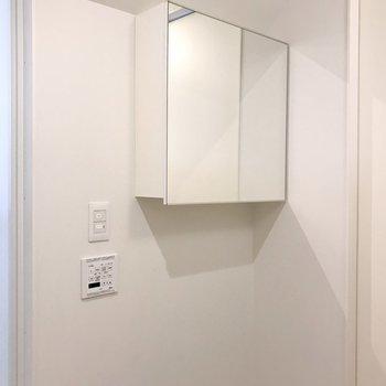 【下階】洗面台後方に収納付き鏡。
