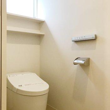 【下階】トイレにも小窓。