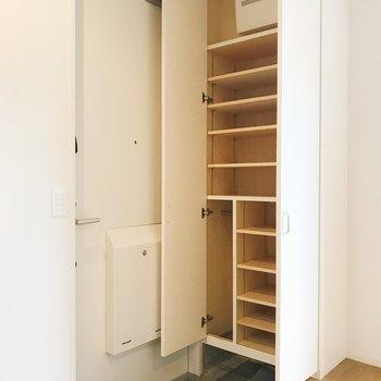 玄関へ。靴好きさんにはたまらない容量の靴箱。