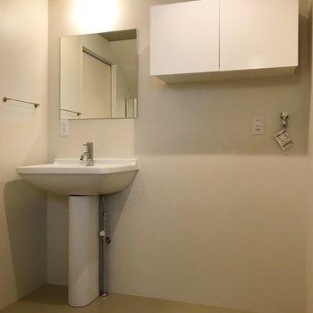 【下階】洗濯機置き場と洗練された洗面台。