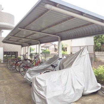屋根付きの駐輪場もありました