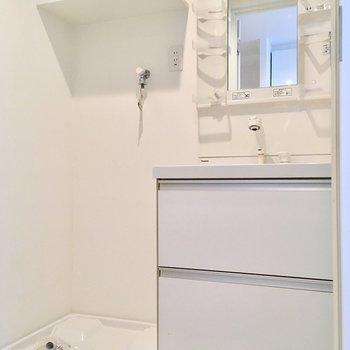 洗濯機と洗面台並んで。洗剤などは上棚へ!(※写真は清掃前です)