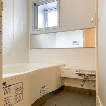 追い炊き、乾燥機付きのお風呂。小窓があるのも良い。
