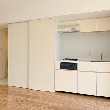 キッチンを見てみましょう。奥に進むと廊下へ繋がります。