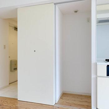 キッチの左側に冷蔵庫置き場。