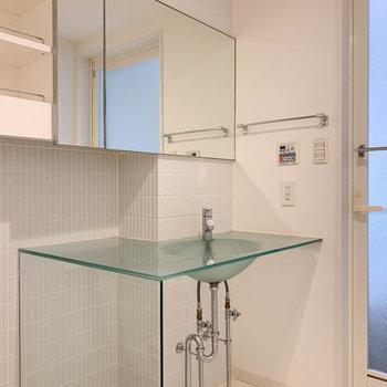 洗面台も、整髪剤やメイク道具を置けそうな広さがありますね。