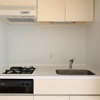 二口ガスでグリル付き、使い勝手の良さそうなキッチン。