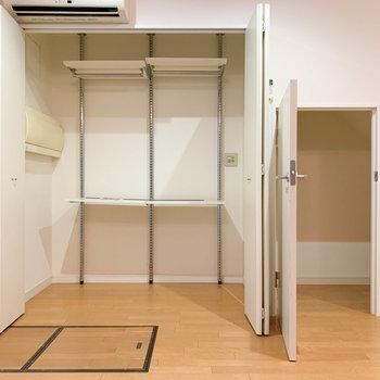 【地下1階】大型の収納と、階段下を利用した収納。※写真は前回募集時のものです
