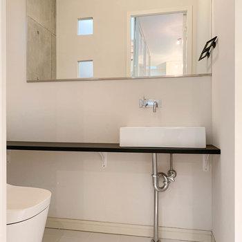 こちらは1階のトイレです。こちらにも洗面台があります。※写真は前回募集時のものです