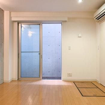 【地下1階】約9帖ほどの洋室です。※写真は前回募集時のものです