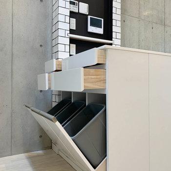 【2階】作業台の下に、さりげなくゴミストッカー。※写真は前回募集時のものです