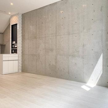 【2階】サイドの壁はコンクリート打ちっ放しでアクセントに。※写真は前回募集時のものです