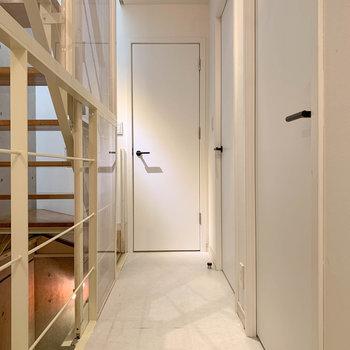 【1階】では、階段を降りて1階へ。右の扉がお部屋、正面の扉はトイレがあります。※写真は前回募集時のものです